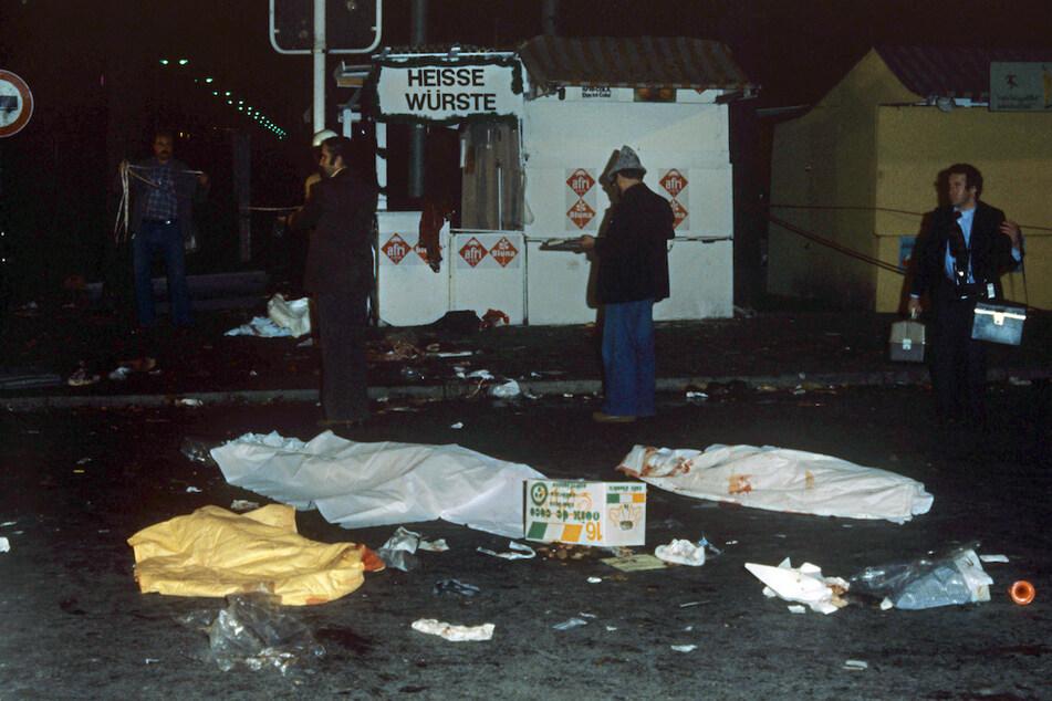Blick auf drei mit Tüchern zugedeckte Todesopfer des nächtlichen Anschlages auf dem Münchner Oktoberfest. (Archiv)