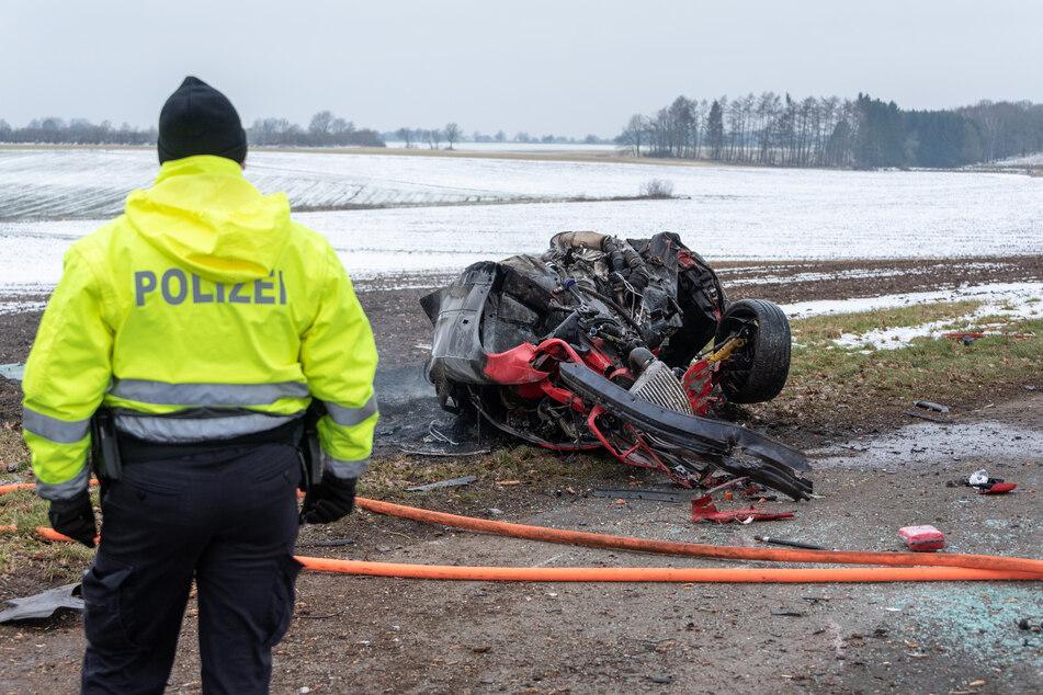 Tödlicher Unfall! Sportwagen überschlägt sich und geht in Flammen auf