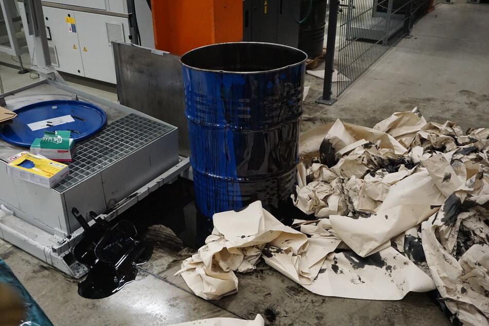 Die Mitarbeiter des Betriebs reagierten bereits vor Eintreffen der Feuerwehr und deckten die Flüssigkeit mit Papiertüchern ab.