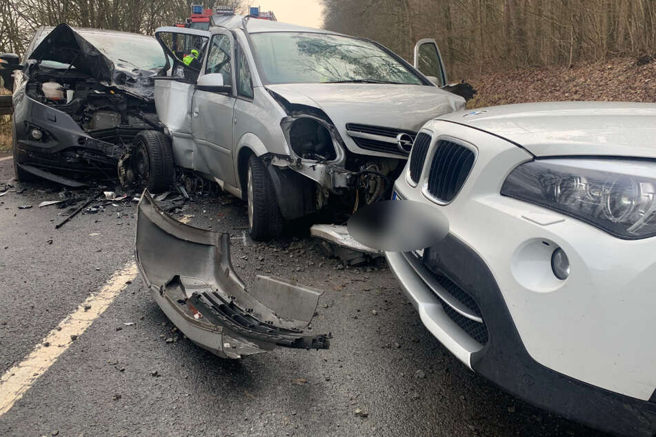 Der 19-jährige Opelfahrer war beim Überholen ins Schleudern geraten und mit zwei entgegenkommenden Autos kollidiert.