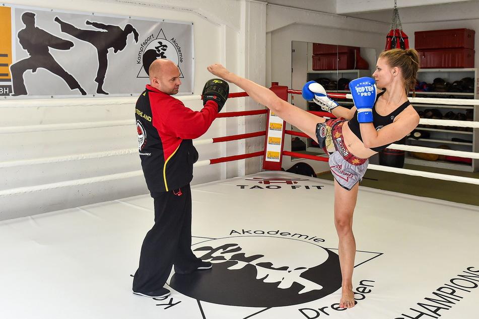 Auch mit angeschlagenem Schienbein trainiert Josy weiter mit Ronny Schönig in der Kampfsportakademie.