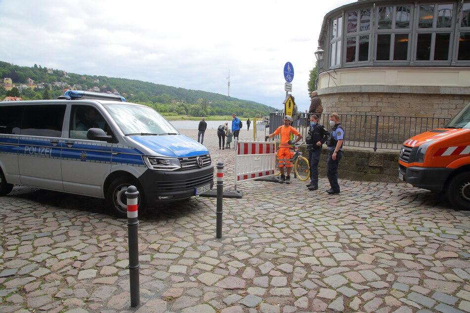 Die Polizei und zwei Mitarbeiter des städtischen Bauamts sperrten die ehemalige Parkfläche mit Absperrschranken ab.
