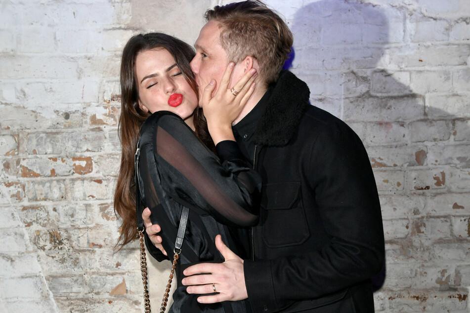 Matthias Schweighöfer (39) gibt seiner Freundin Ruby O. Fee (25) im Februar 2019 auf einer Party in Berlin-Mitte einen Kuss. (Archivbild)