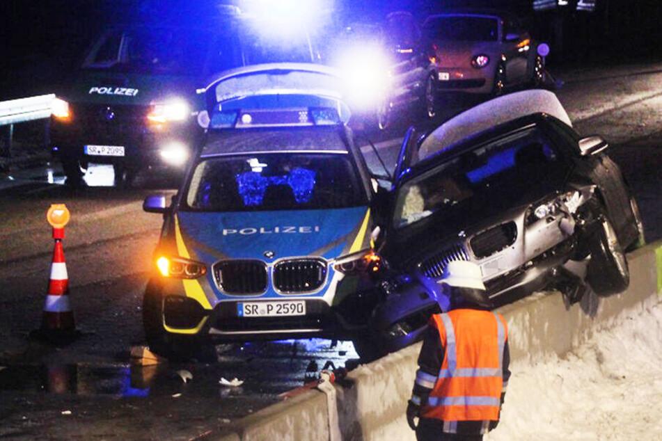 Schon wieder: Auto kracht in Absicherung, Polizist frontal erfasst