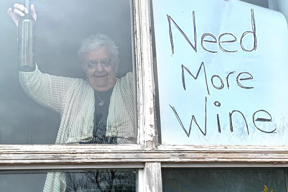Mit riesigem Schild am Fenster! Oma bittet um mehr Wein