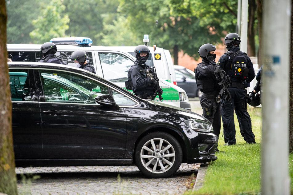 Polizisten stehen nahe der Stelle, an der am Nachmittag ein Fahrzeug in eine Gruppe von Menschen gefahren ist.