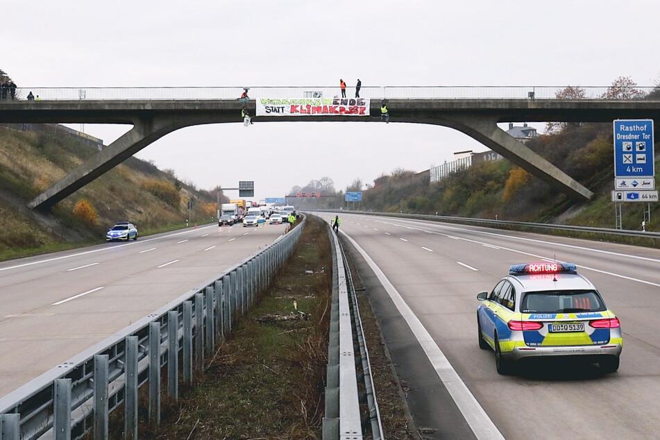 Die Polizei schirmte die Autobahn 4 unter der betroffenen Brücke ab.