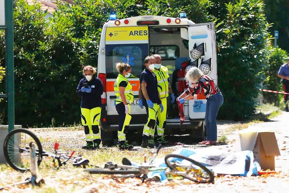 Rettungskräfte sind am Tatort im Einsatz.