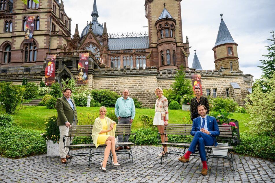 """Die """"Bares für Rares""""-Händler vor Schloss Drachenburg."""