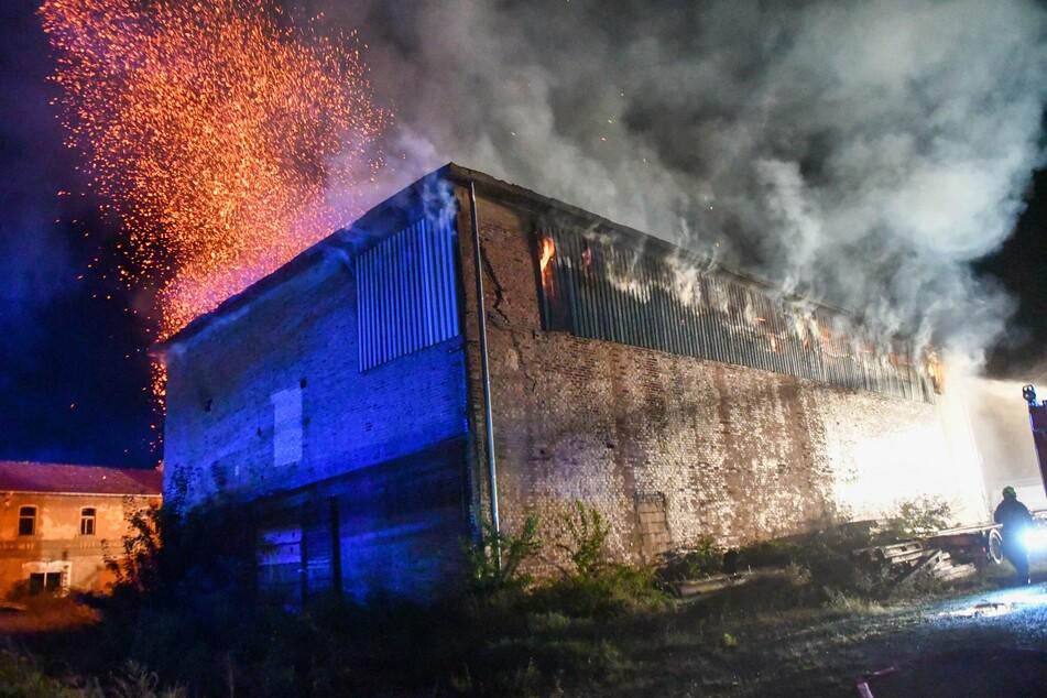 Die Einsatzkräfte entschieden, das Gebäude kontrolliert abbrennen zu lassen. Der Einsatz soll noch mehrere Tage andauern. Eine Brandwache wurde eingerichtet.