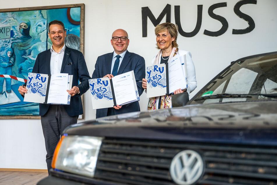 Kulturhauptstadt-Chef Christoph Dittrich (55, l.), Oberbürgermeister Sven Schulze (49, SPD) und MDR-Intendantin Karola Wille (62) unterzeichneten eine Kooperationsvereinbarung zur Kulturhauptstadt Europas.