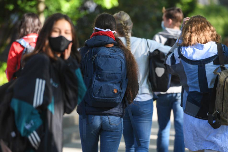Das Foto zeigt Schülerinnen und Schüler im Heinrich von Gagern-Gymnasium in Frankfurt-Ostend am Montagmorgen.