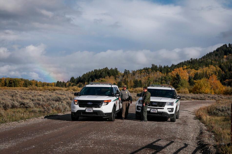 Beamte der U.S. Park Ranger blockieren einen Zugang für Fahrzeuge im Bridger-Teton National Forest östlich des weitläufigen Grand Teton National Park am Highway 89 in Wyoming.