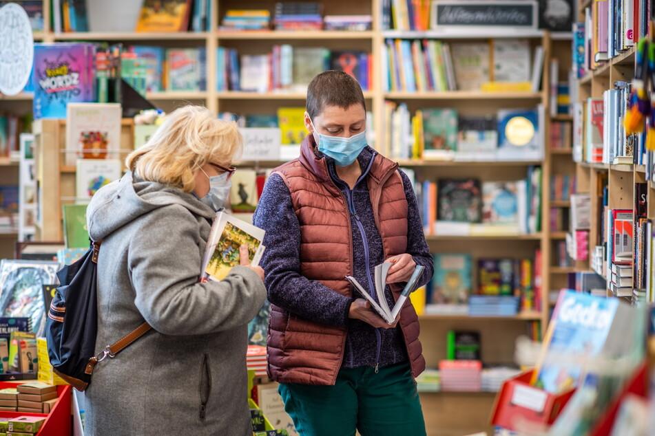 """Mica Kempe (44, r.) berät im """"MonOkel""""-Buchladen eine Kundin."""