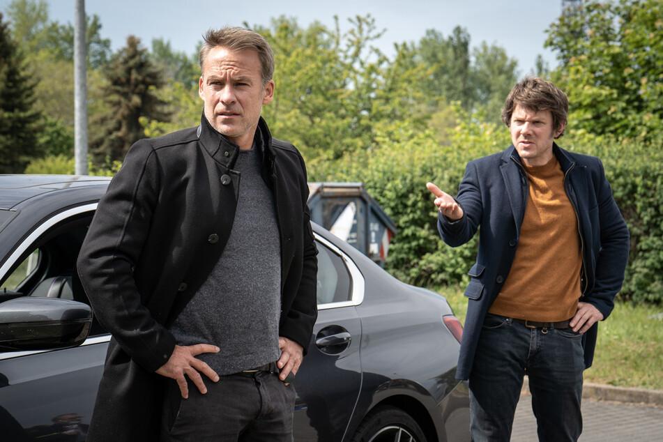 Tom (r.) hat Jan beim Dealen erwischt und stellt ihn zur Rede.