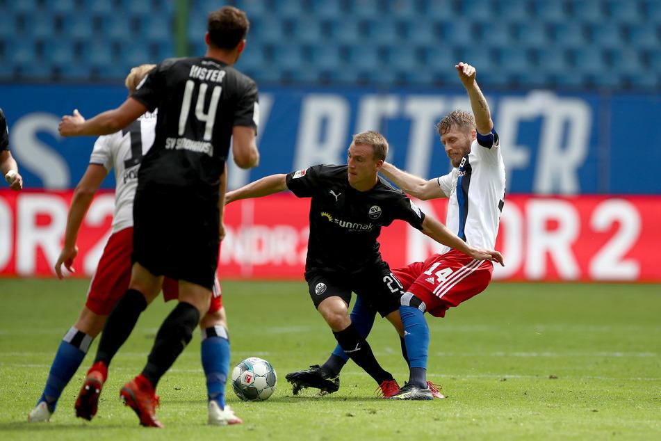 Hamburgs Aaron Hunt (r) und Sandhausens Emanuel Taffertshofer kämpfen um den Ball.
