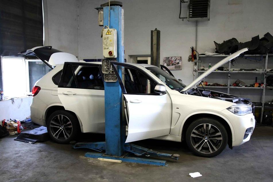 Ermittler fanden in den Hallen auch einen in Paderborn gestohlenen BMW X5.