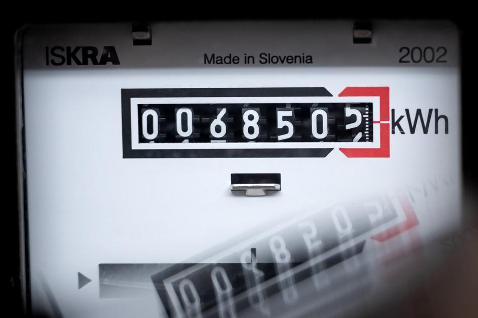 Ein Stromzähler zeigt in einem Mietshaus die verbrauchten Kilowattstunden an. (Symbolbild)