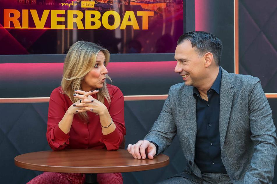 """Sebastian Fitzek (50) wird ab dem 15. Oktober an der Seite von Kim Fisher (52) und Jörg Kachelmann (63) die Talkshow """"Riverboat"""" moderieren."""