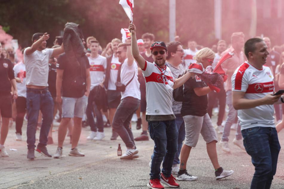 Fans des VfB Stuttgart feiern ausgelassen nach dem Abpfiff vor der Mercedes-Benz Arena.