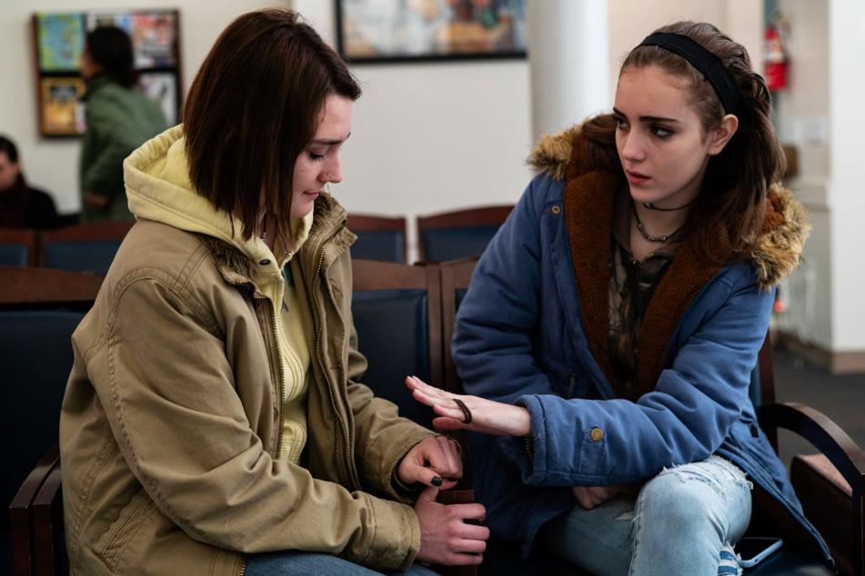 Autumn Callahan (l., Sidney Flanigan) wird von ihrer Cousine Skylar (Talia Ryder) nach Kräften unterstützt.