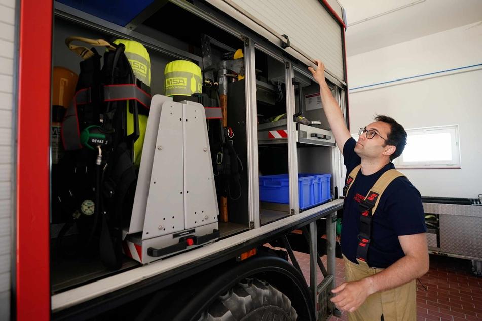 Felix Vorndran kontrolliert die Gerätschaften des Einsatzfahrzeugs in der Feuerwehrwache während seines Dünendienstes auf der Düne der Hochseeinsel Helgoland.