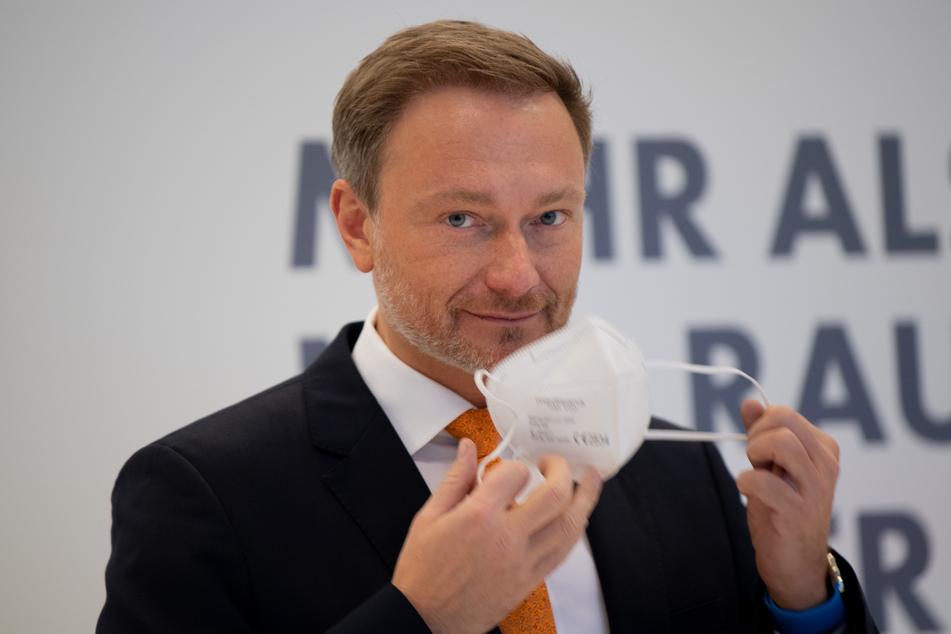 Berlin: Christian Lindner, Vorsitzender der FDP-Fraktion im Bundestag, spricht zu Beginn der Fraktionssitzung der Partei zu den Medienvertretern.
