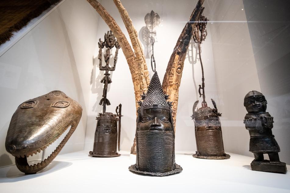 Auch das Linden-Museum in Stuttgart ist am Rückführungsfahrplan beteiligt. Hier im Bild zu sehen: Verschiedene, dort ausgestellte Skulpturen aus Nigeria. Das Linden-Museum hat mehr als 60 Benin-Bronzen in seiner Sammlung.