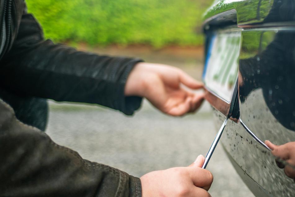 Der 58-Jährige entfernte die Kennzeichen und Halterungen bei zehn Autos. (Symbolbild)