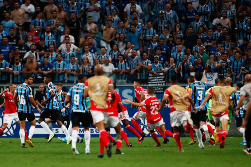 Massenschlägerei und 8 Rote Karten: Fußball-Chaos in der Champions League!