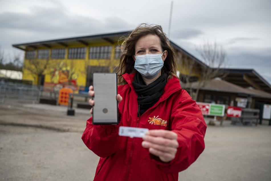 Freizeitpark-Sprecherin Anita Müller (39) mit einem negativen Corona-Schnelltest, wie sie ihn Besucher am Samstag vorzeigen müssen.