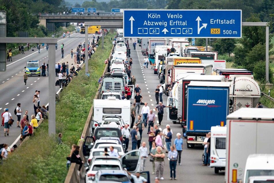 Unwetter-Schäden haben den Verkehr auf der A1 bei Erftstadt lahmgelegt. Ein Mann ist bei einem Unfall lebensgefährlich verletzt worden.