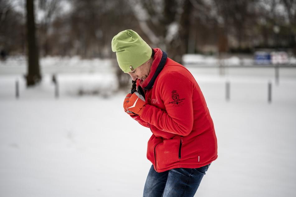 Tipps beim Ausrutschen auf Glatteis: Ein runder Rücken schützt vor Verletzungen.