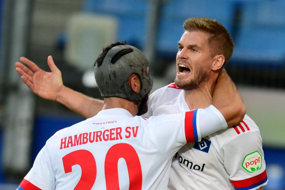 Hamburgs Simon Terodde (r.) und Hamburgs Klaus Gjasula jubeln nach Teroddes Elfmeter-Tor zum 1:0.