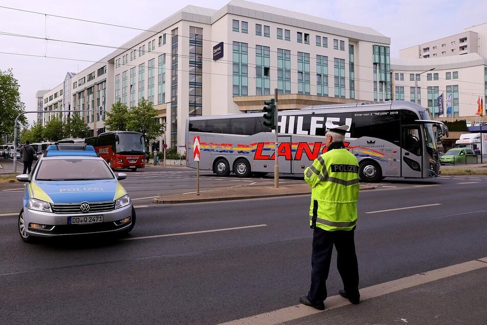 Die Busse biegen auf die Grunaer Straße in der Dresdner City.