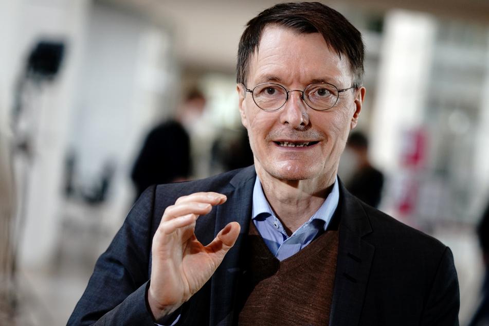 SPD-Gesundheitsexperte Karl Lauterbahc (58, SPD) schützt sich mit dem AstraZeneca-Vakzin vor einer Coronavirus-Infektion.
