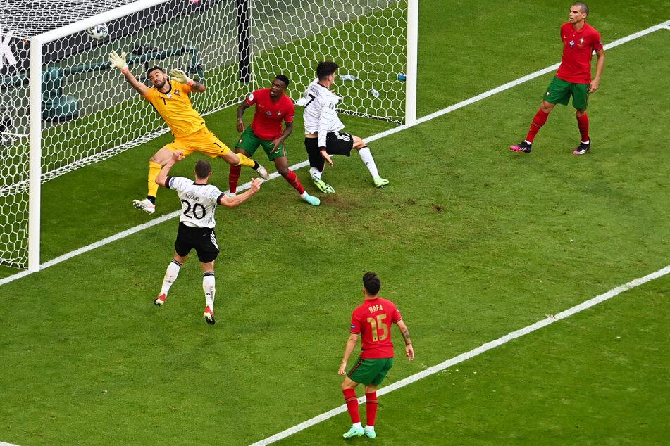 Sein erster Treffer bei einem großen Turnier: Robin Gosens (26, 2.v.l.) köpft für Deutschland gegen Portugal zum zwischenzeitlichen 4:1 ein.