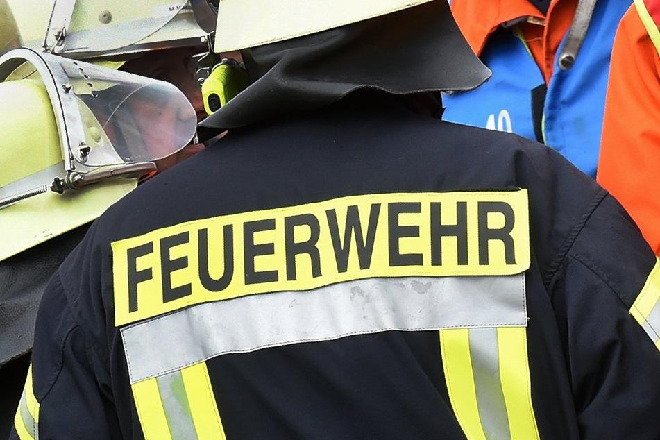 Das Dachgeschoss eines Mehrfamilienhauses in Staßfurt (Salzlandkreis) hat am Samstagnachmittag Feuer gefangen. (Symbolbild)