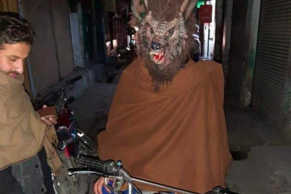 Zuvor war er auf seinem Motorrad in den Straßen von Pershawar unterwegs.