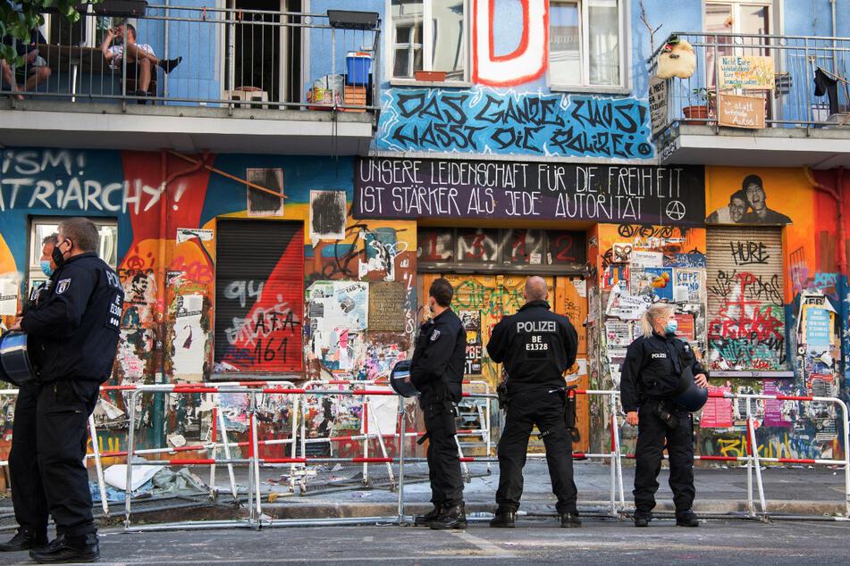 Polizeibeamte stehen am Donnerstmorgen vor dem Haus Nr. 94 in der Rigaer Straße in Berlin-Friedrichshain. Später ist hier eine Brandschutzprüfung geplant.