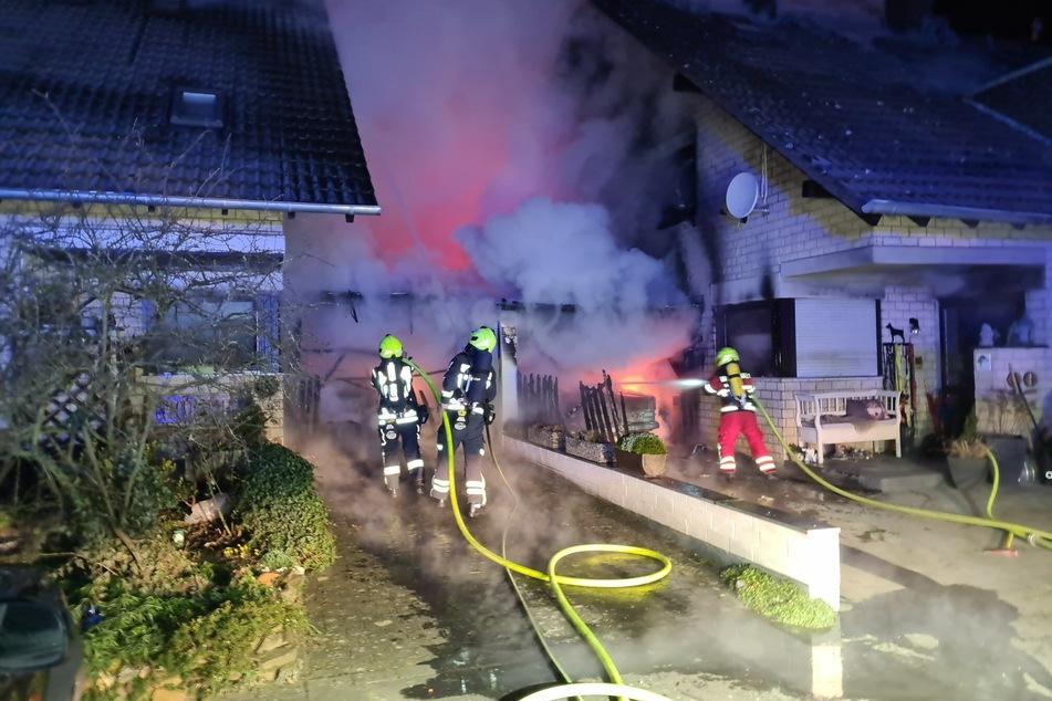 Donnerstagnacht hat ein Feuer in Sankt Augustin nicht nur zwei Carports mit jeweils einem Auto zerstört, sondern auch zwei Häuser unbewohnbar gemacht.