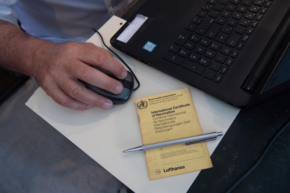 Müssen Arbeitnehmer bald ihren Impfstatus gegenüber ihrem Arbeitgeber offenbaren, sofern dieser eine Auskunft verlangt? (Symbolbild)