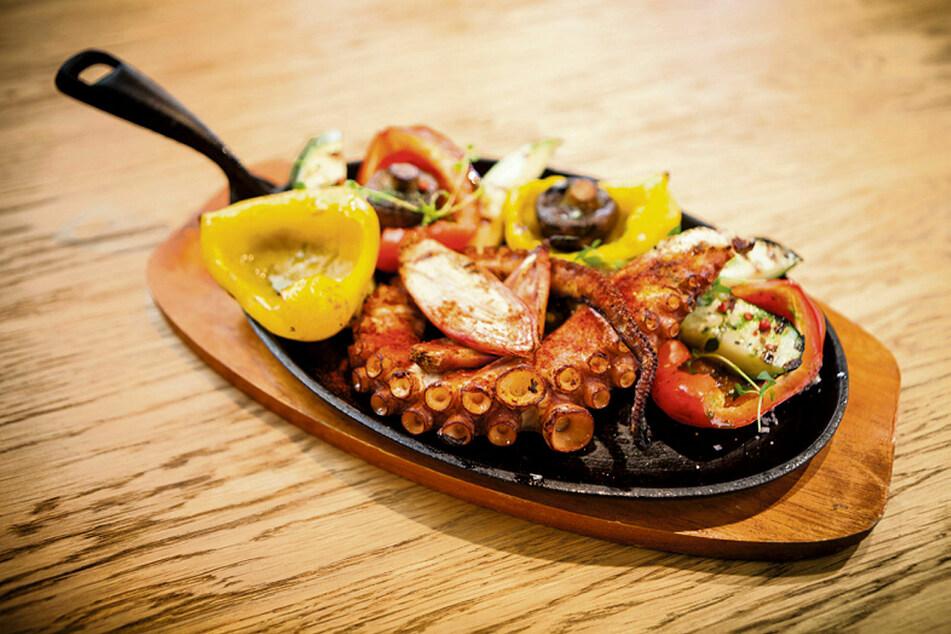 So schmeckt die Ägäis: Pulpo Cocido - gekochter Tintenfisch, Schalotten (Edelzwiebeln) und gegrilltes Gemüse in einer Pfanne.