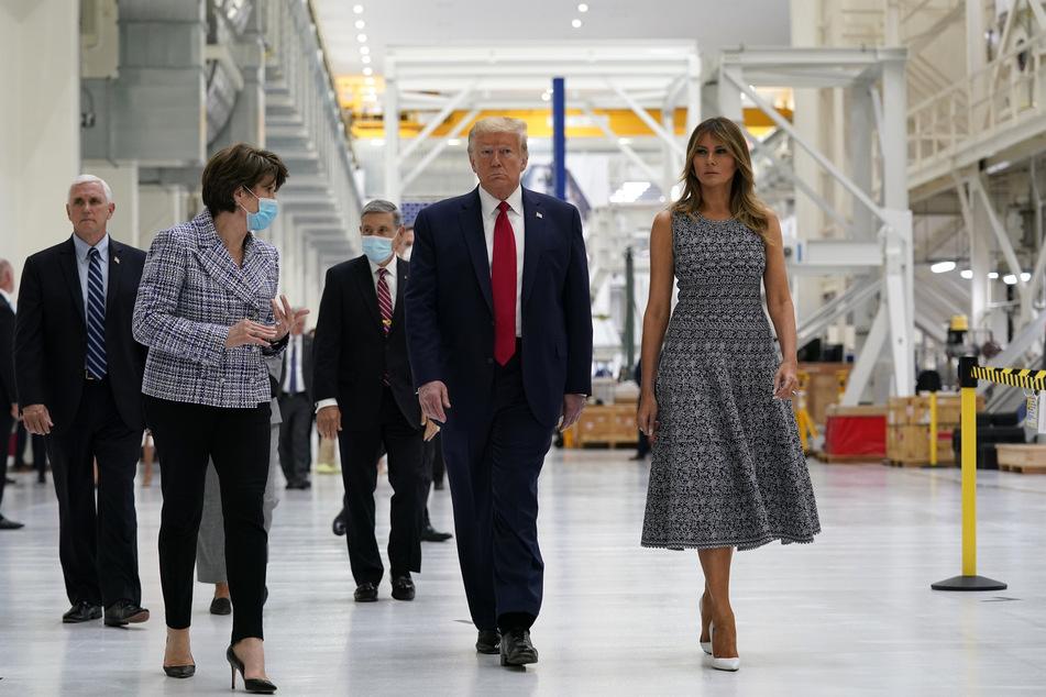 Donald Trump, Präsident der USA, und First Lady Melania Trump (r) nehmen mit Vizepräsident Mike Pence (l) an einem Rundgang durch die NASA-Einrichtungen teil.