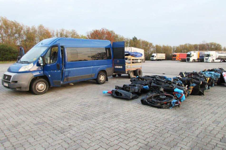 Die gestohlenen Räder und drei Insassen des Transporters wurden an die Landespolizei übergeben.
