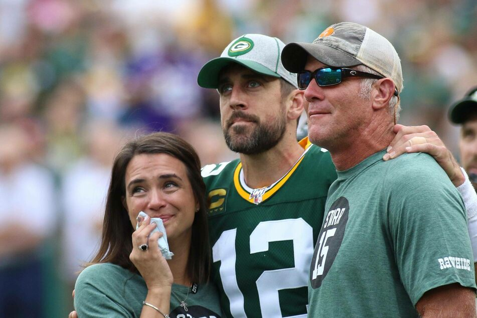 Aaron Rodgers (l.) and Brett Favre (r.) share a touching moment during halftime.