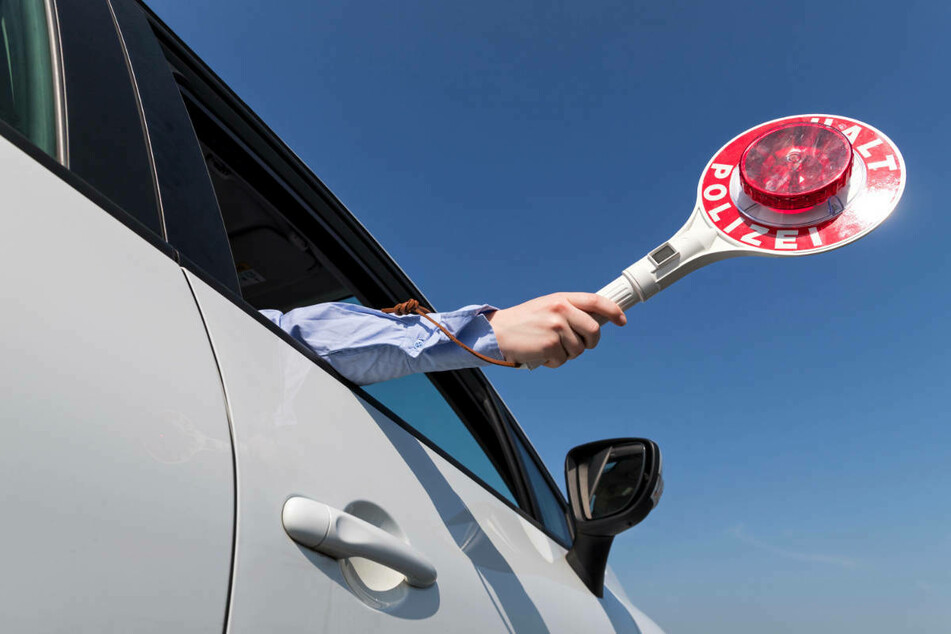 Keinen Bock auf Polizeikontrolle: Opel-Fahrer macht sich zu Fuß vom Acker