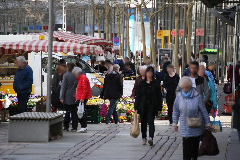 Die Chemnitzer Innenstadt: Hunderte Menschen schlendern durch die City.