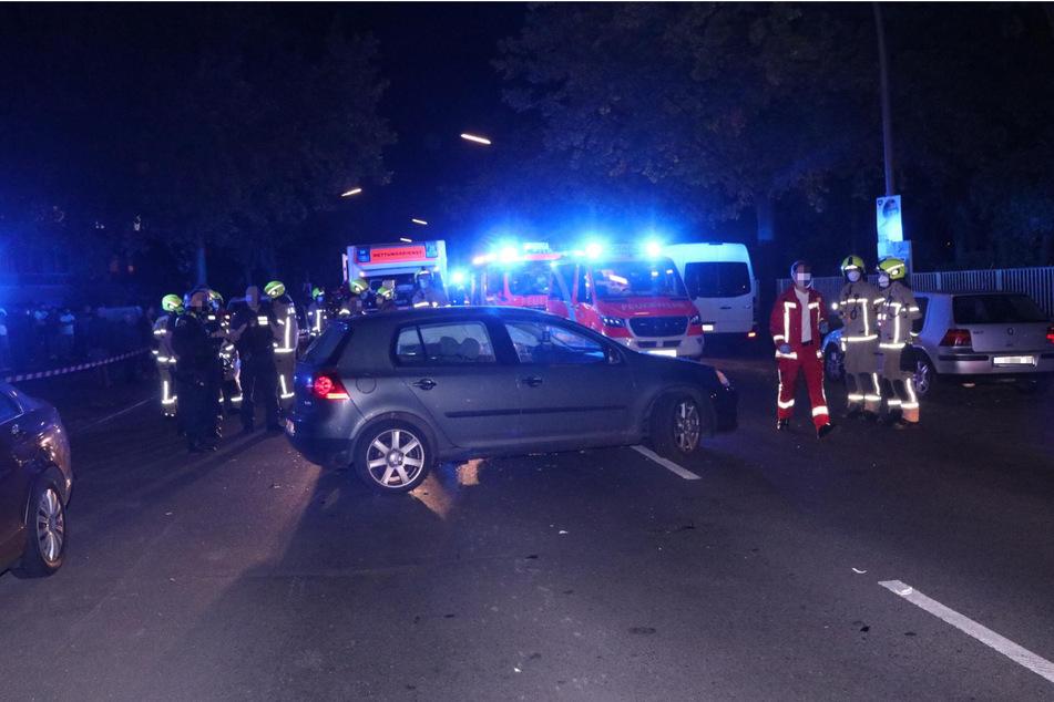Nach dem schlimmen Zusammenstoß zwischen Suzuki und VW kümmerten sich die Rettungskräfte um die beiden schwer verletzten Fahrer.