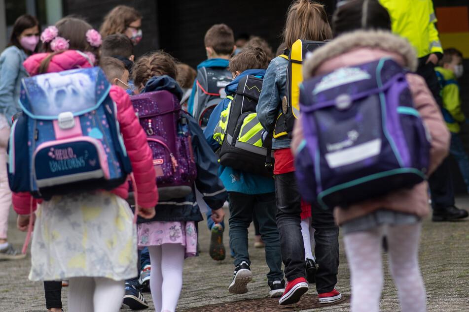 Der Landtag berät darüber, welche Corona-Regeln in Zukunft an NRW-Schulen gelten sollen.